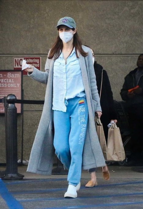 Latest Glimpses Of Alexandra Daddario From Los Angeles Shop